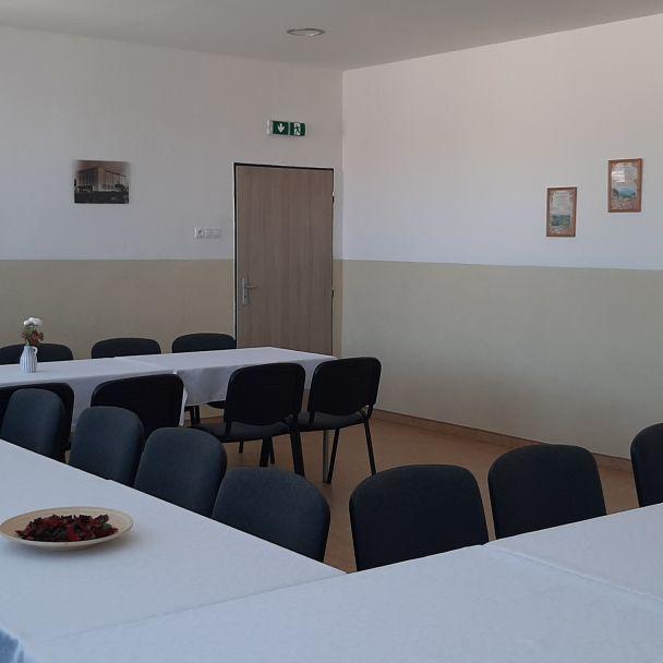 Spoločenská miestnosť kultúrneho domu na I. poschodí